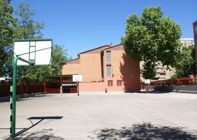 Patio cubierto y zona deportiva