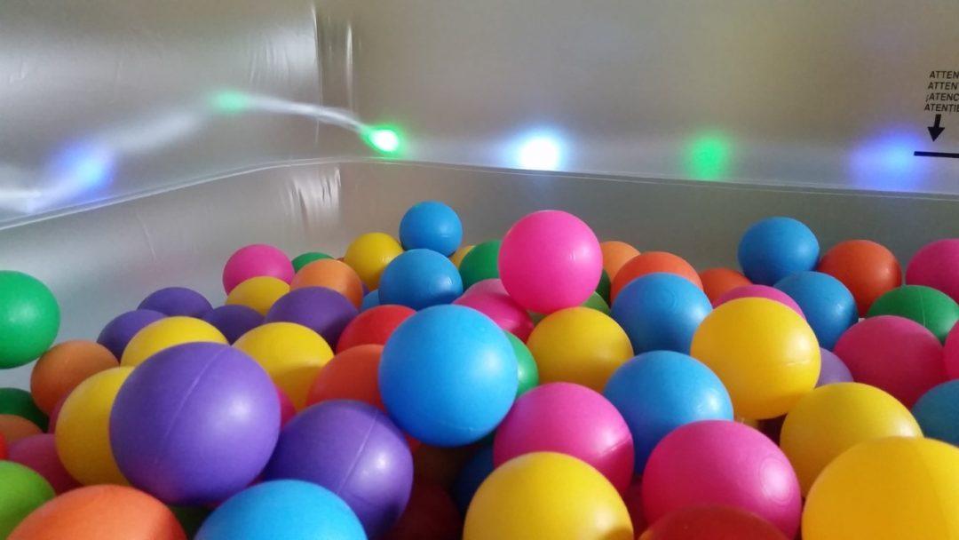 Estrenamos piscina de bolas de led